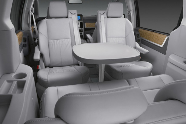 Chrysler Grand Voyager - интерьер салона и складной столик