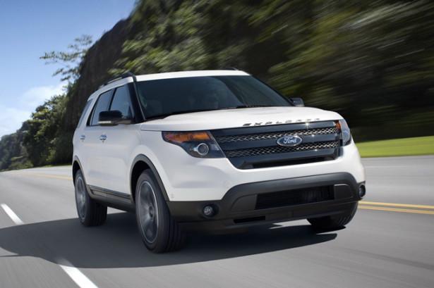 Ford Explorer в движении по шоссе на скорости