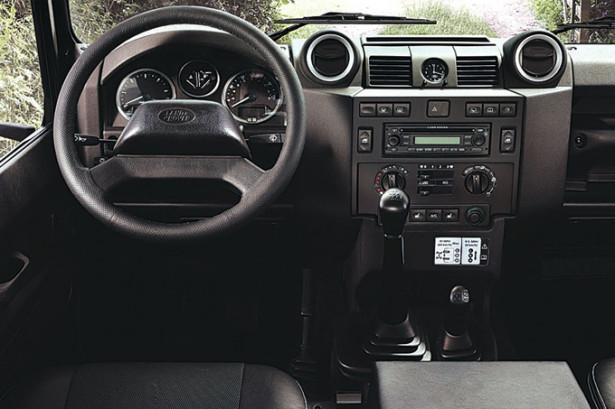 Land Rover Defender - руль и панель с приборами