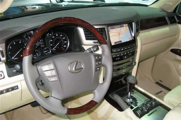 Lexus LX 570 - руль и приборы