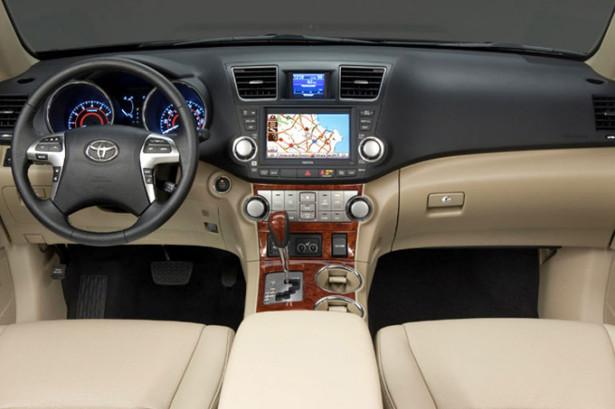 Toyota Highlander - передний ряд с приборной доской