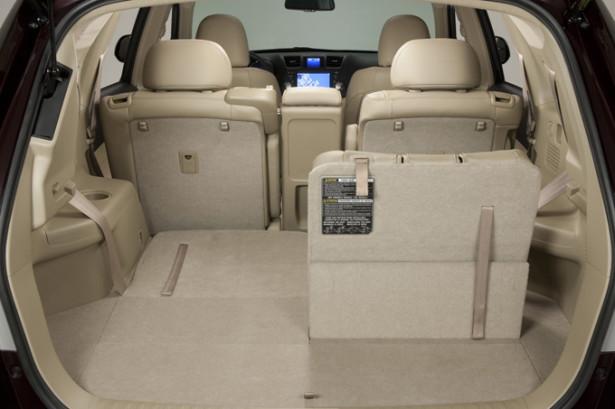 Toyota Highlander - сложено несколько сидений, показан трансформируемый салон