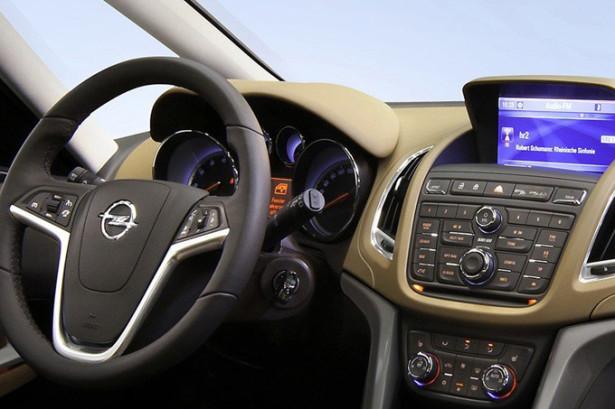 Opel Zafira Tourer - водительское место, руль и приборка