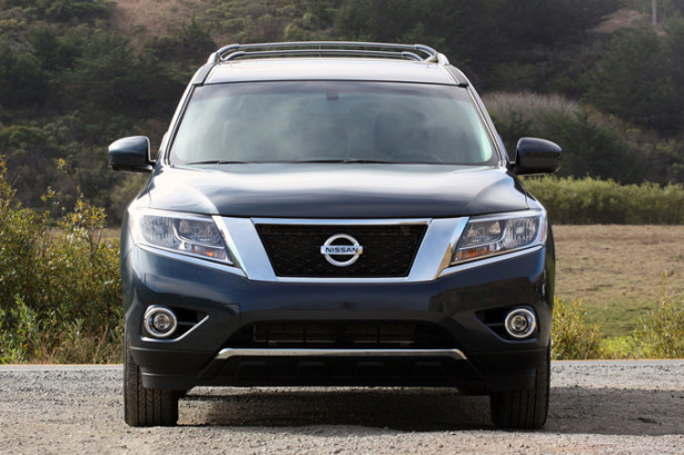 Nissan Pathfinder - вид спереди