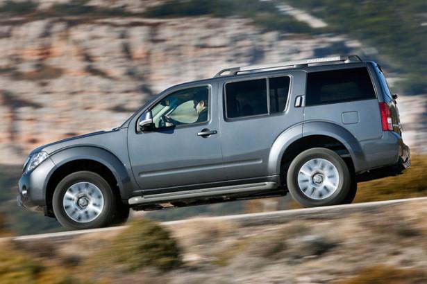 Nissan Pathfinder - вид сбоку