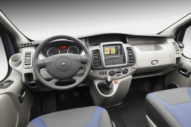 Renault Trafic Passenger - руль и водительское место